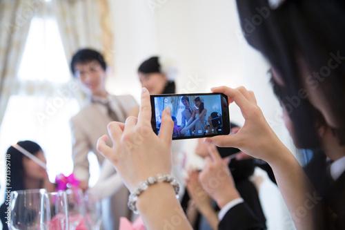 Obraz na plátně 結婚式の写真を撮る女性