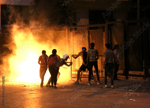 Fotografia, Obraz Revolution, protests and confrontations in Beirut, Lebanon, following the explosion on August 4th, 2020