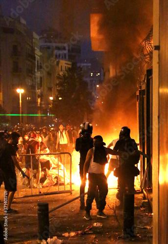 Fototapeta premium Rewolucja, protesty i konfrontacje w Bejrucie w Libanie po przerażającej eksplozji w porcie 4 sierpnia 2020 r.