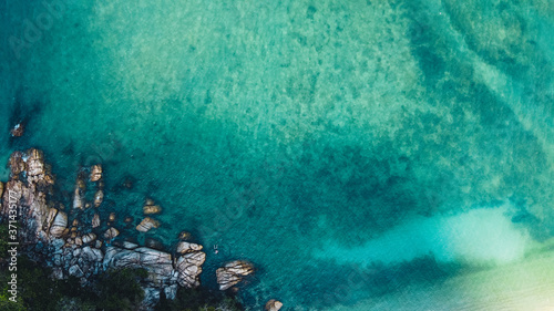 Beach and bright blue sea, high angle view Fototapete