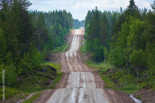 Fotografie, Obraz Schotterpiste mit Bodenwellen in Finnland