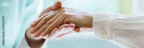 Fotografia Give a helping hand to an elder person