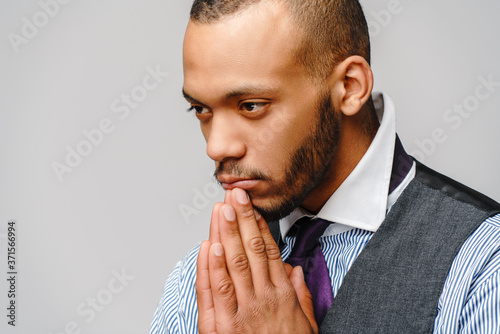 Photo African american man holding hands in prayer hoping for better