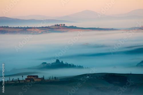 paesaggio autunnale con nebbia Wallpaper Mural