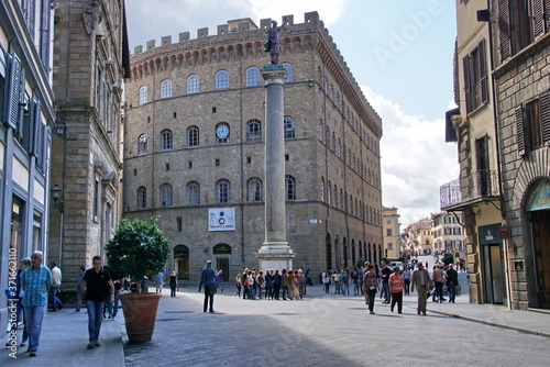Fotografie, Obraz Square of Holy Trinity and Column of Justice in Florence, Italy