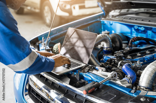 Photographie Mechanic Asian man close up using laptop computer examining tuning fixing repair