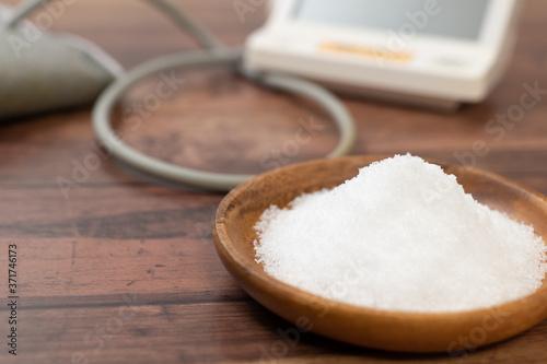 大量の塩と血圧計 Fototapeta