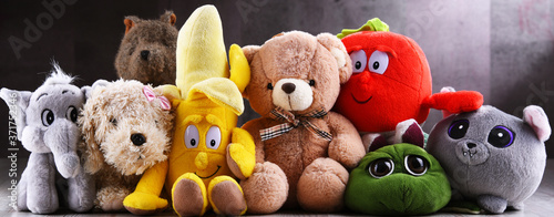 Group of stuffed animal toys in a children's room Fotobehang