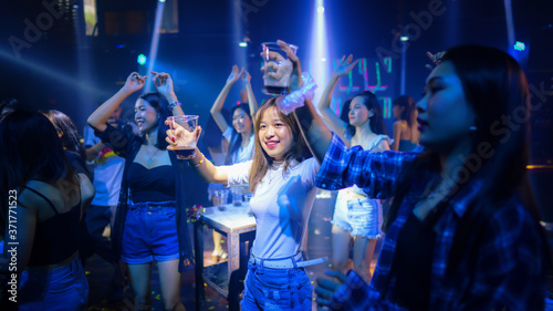 Fotomural asian young woman crowd of people dancing in night club