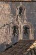 Glockenturm mit drei Glocken auf Ziegeldach der kleinen Kapelle, Altstadt Dubrovnik, Kroatien