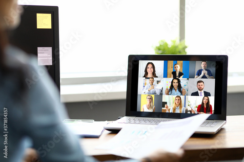 Foto Woman talking with international colleagues using online video chat service