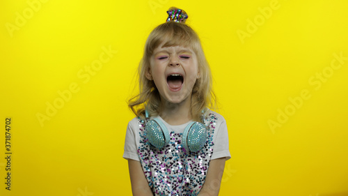 Child girl show amazement, opening her mouth and screaming, shouting, looking surprised shocked Fototapet