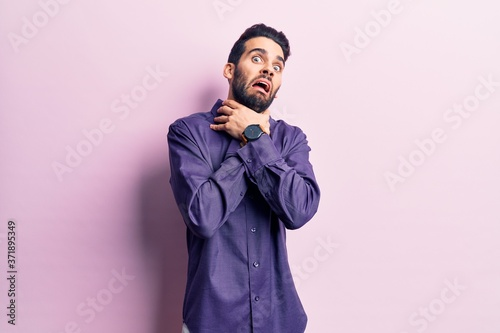 Photo Young handsome man with beard wearing casual shirt shouting suffocate because painful strangle