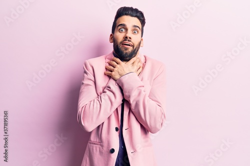 Photo Young handsome man with beard wearing elegant jacket shouting and suffocate because painful strangle