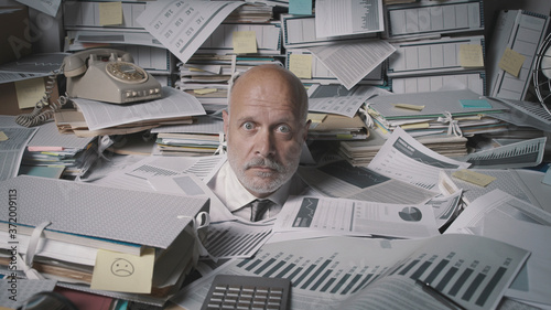 Photo Stressed accountant overwhelmed by work