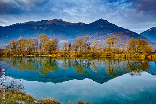 Photo Winter panorama of the Adda river along the Valtellina path in Colico Italy