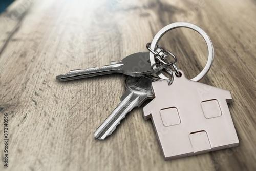 Fotografía Metal silver house keys with house figure on desk