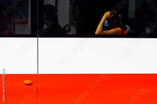 Fotografie, Obraz Ragazza con mascherina su autobus a Praga, bandiera tedesca