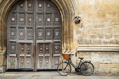 Fototapeta Old Fashioned Bicycle Outside Oxford University College Building