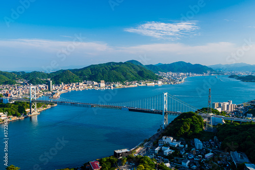 青空と海と街並みが綺麗な初夏の関門海峡 Fototapet