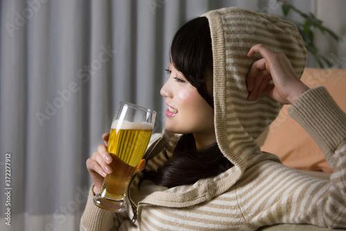 Fotografiet ビールを飲む女性