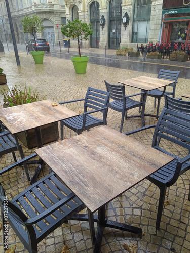 terrasse de restaurant sous la pluie фототапет