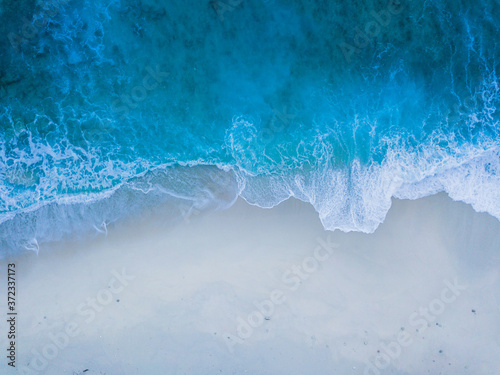 Obraz na plátně Brandung eines blauen Meeres am Strand