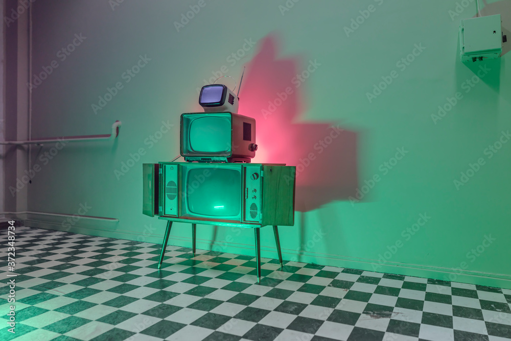 light experiment with retro TVs and doll heads