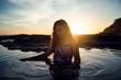 Chica en traje de baño en una playa de chiclana