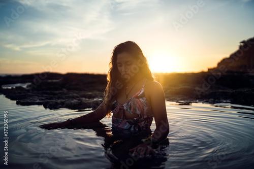 Fotografiet Chica en traje de baño en una playa de chiclana