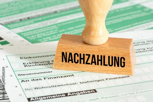 Fotografie, Obraz Eine Steuererklärung und Stempel Nachzahlung