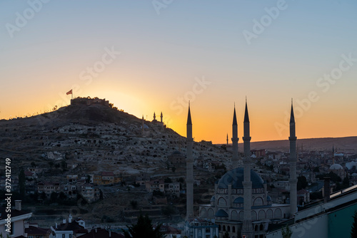 Photographie View of Nevsehir Castle at sunset with Turkish flag in Kayasehir