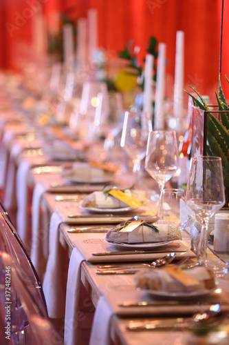 Fotografering table setting in a room with red lighting for an event.