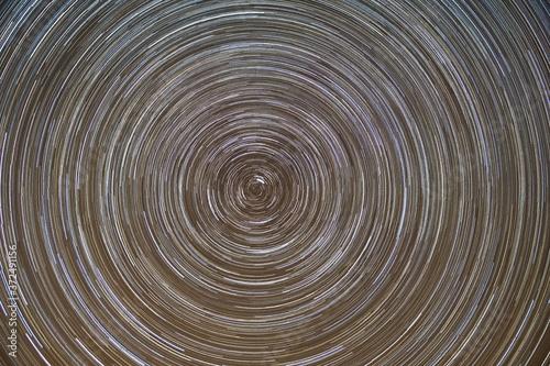 Fotografia, Obraz Zdjęcie ukazuje ruch obrotowy gwiazd na niebie w centrum gwiazda polarna
