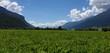 Grüne Wiesen und hohe Berge am Reschensee