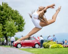 Ballerina Classica In Street A...