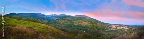Photo Large-format panoramic view of the Sierra de Gredos at sunset, with an aerial view of Jarandilla de la Vera