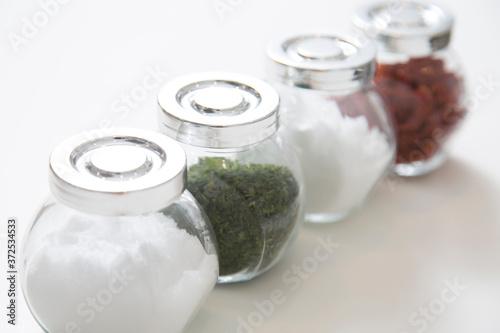 調味料の入った瓶 Fototapet