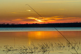 Nastrojowy romantyczny zachód słońca nad wodą-Piekny Zachód słońca nad stawem rybnym Dolina Baryczy