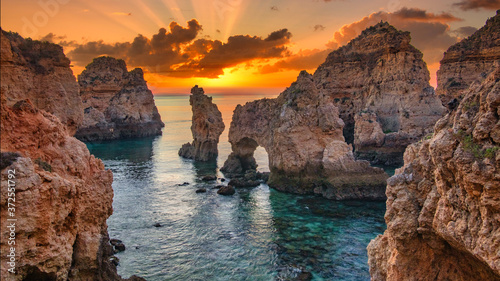 Fotografía Sunrise over stunning cliffs and arches in Ponta da Piedade, Lagos, Algarve, Por