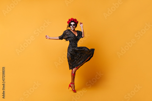 Photo Full-length photo of charming bold woman in beautiful dress with makeup for Hall