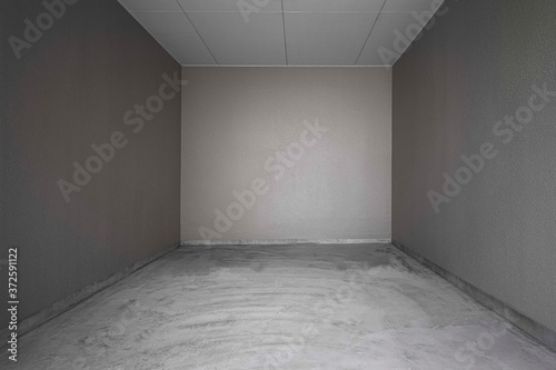 Photo Perspective of Empty dark basement concrete room.
