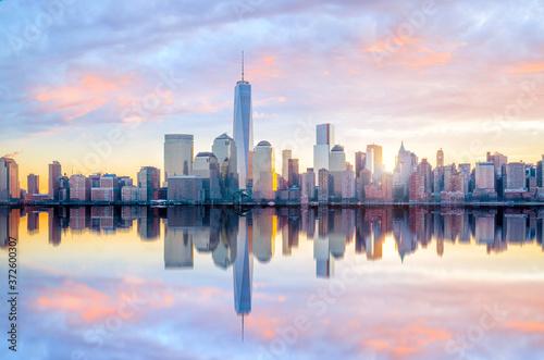 Платно Manhattan Skyline with the One World Trade Center building at twilight