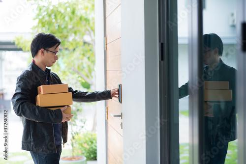 Obraz na plátne delivery man is ringing the doorbell