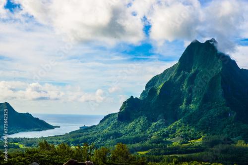 Fototapeta Moorea, French Polynesia: 09/03/2018: Total lanscape of the colorful main mounta