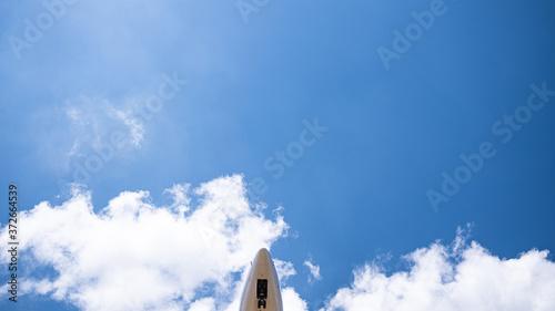 Avión sobrevolando un cielo azul, soleado y despejado Slika na platnu