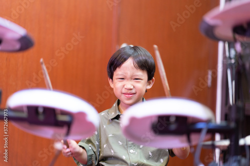 Photo A boy is playing an electronic drum.