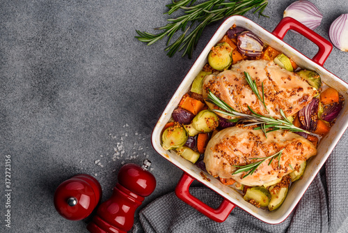 Fotografía Roasted chicken fillet with vegetables (pumpkin, Brussels sprouts, zucchini, onions) in wholegrain mustard sauce with maple syrup