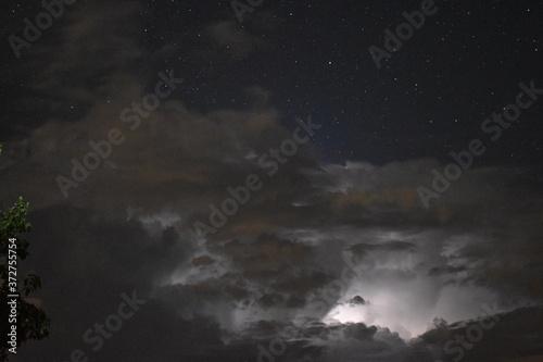Foto Relámpagos nocturnos en una noche estrellada