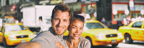 New York selfie couple taking photo on NYC city summer holiday vacation travel with yellow taxi cabs panoramic background Fototapet